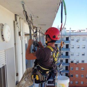 Trabajos verticales Dalí. Arreglo y pintado de fachada.