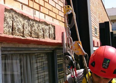 Trabajos verticales Dalí. Arreglo de cantos forjados en fachada.