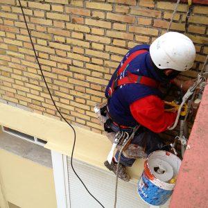 Trabajos verticales Dalí. Rehabilitación de fachadas y patios. Arreglos en junta de dilatación.