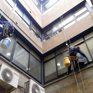 Trabajos verticales Dalí. Limpieza de cristales.